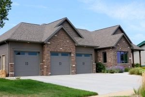 Montana Suede Siding With Matching Shake And Terra Bronze Trim In Bloomington Il Carlson Exteriors Inc In 2020 Siding Cedar Siding House Styles
