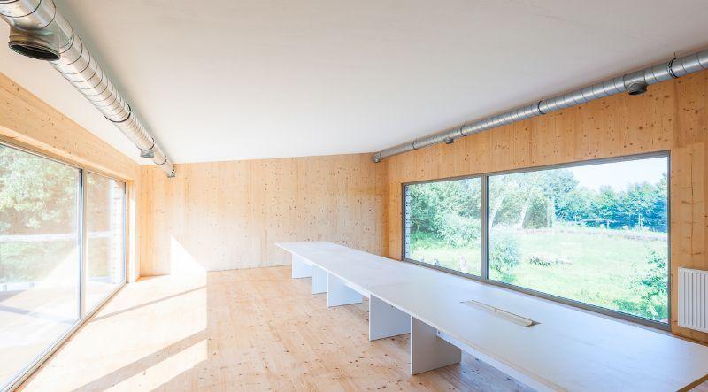 eco-architecten: de binnenkant van de ecohuizen van de eco-architecten worden met natuurlijk materialen afgewerkt net zoals de isolatie met natuurlijke materialen wordt opgebouwd.