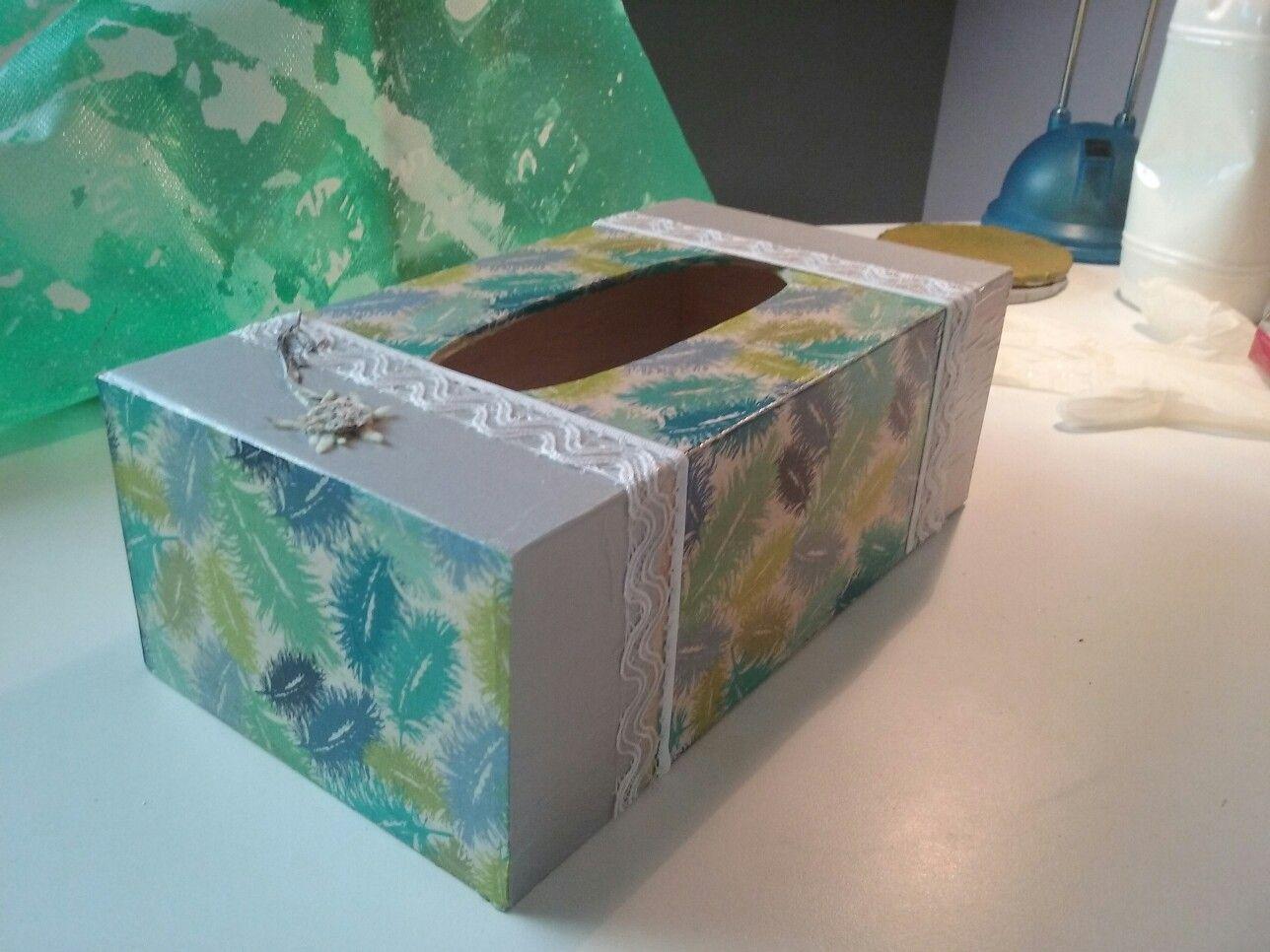 boite en mouchoirs en bois d cor e avec du papier decopatch de la dentelle et une fleur s ch e. Black Bedroom Furniture Sets. Home Design Ideas