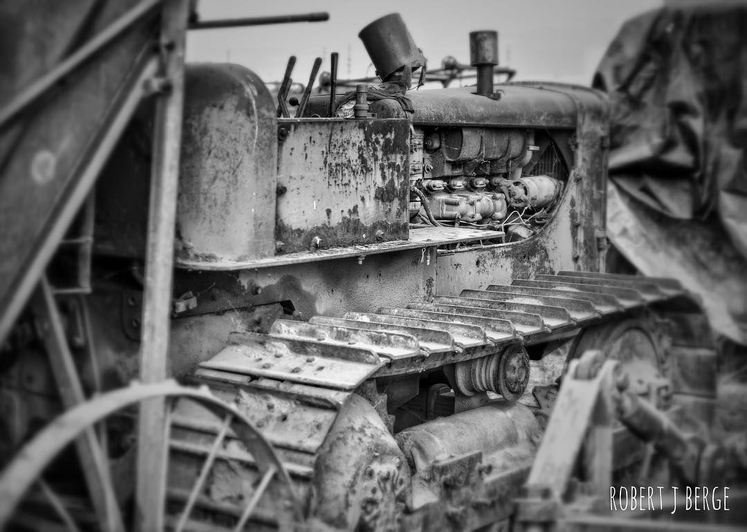 Vintage crawler tractor. #crawler #caterpillartractor #blackandwhite #nikond3200 #nikkor35mm #nikonphotography #farming #myjobdependsonag