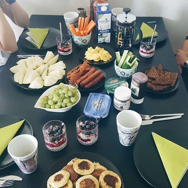 Glad og mæt i dejligt selskab  #brunch #venindehygge #lørdag #livetergodt #pandekager #scrambledeggs #bacon #chiapudding #plantebevægelsen #kaffe #deldinmad