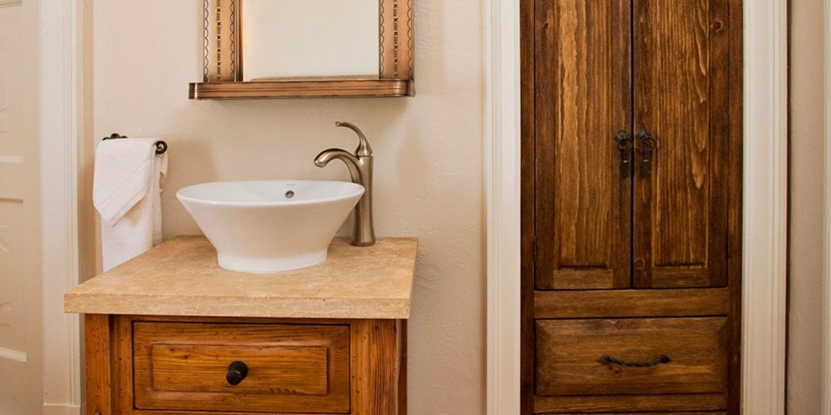 Hotel St. Francis: The bathrooms in all guestrooms are European style, with the sink and mirror in the bedroom.