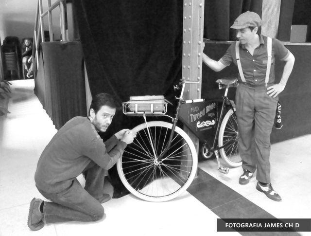 Pasándolo guay en el tweed ride del Matadero de Madrid de 2012 organizado por biciclásica que se celebró en Madrid. Bicicletas y swing, una combinación genial...