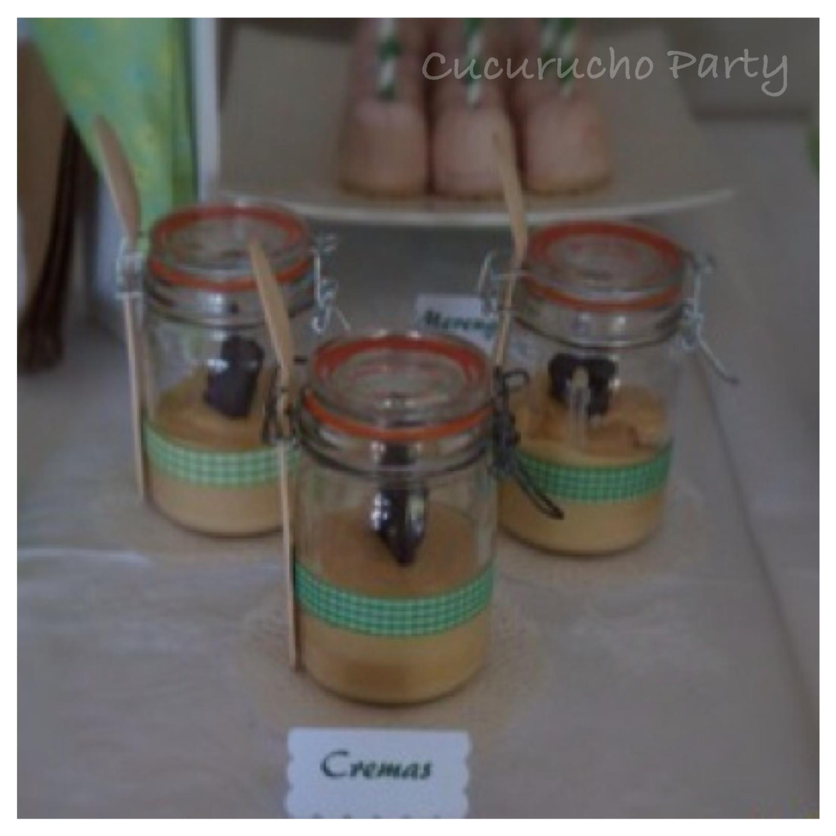 Tarros con cremas y cubiertos de madera
