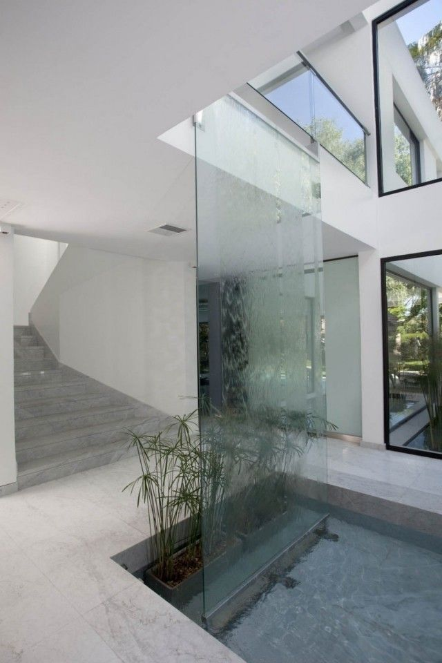 Wasserfall Innenraum Glaswand Pool Bambuspflanzen Topfe In