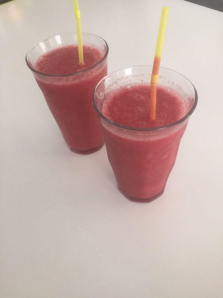 rode vruchten smoothie met cocoswater