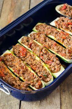 Barche di zucchine con trito dal forno – basso contenuto di carboidrati, alto contenuto di proteine - un pizzico di delizioso