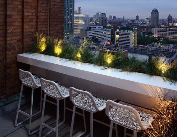 schicke terrassengestaltung mit Bar Theke und Barhockern in weiß