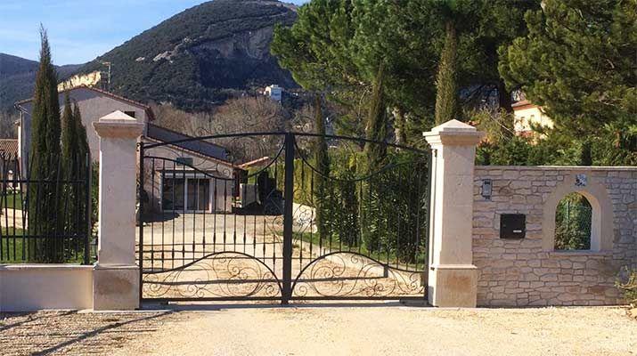 pilier de portail en pierre pour votre villa portail pinterest pilier de portail. Black Bedroom Furniture Sets. Home Design Ideas