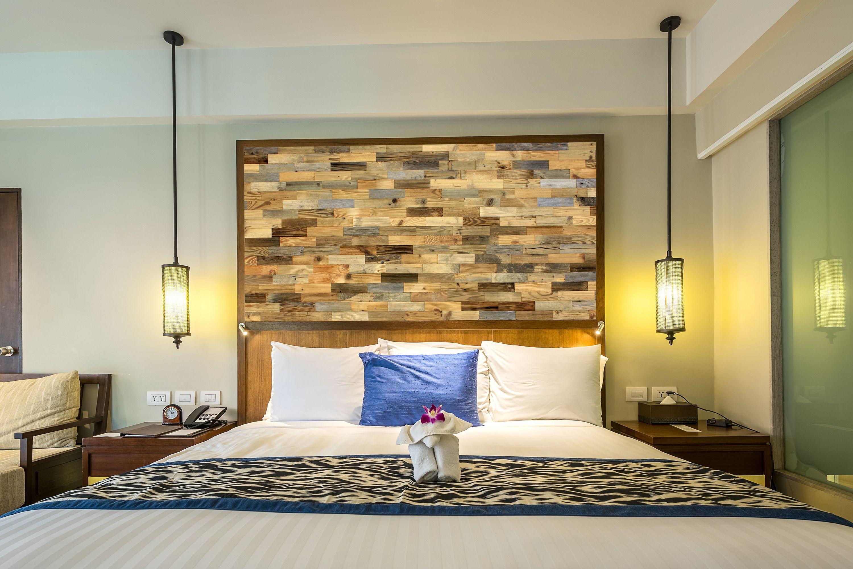 Holz-Wandverkleidung im Schlafzimmer hintern Bett. Gemütliche und ...