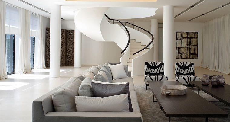Soggiorno con un divano grigio, tavolino basso e lungo di legno ...