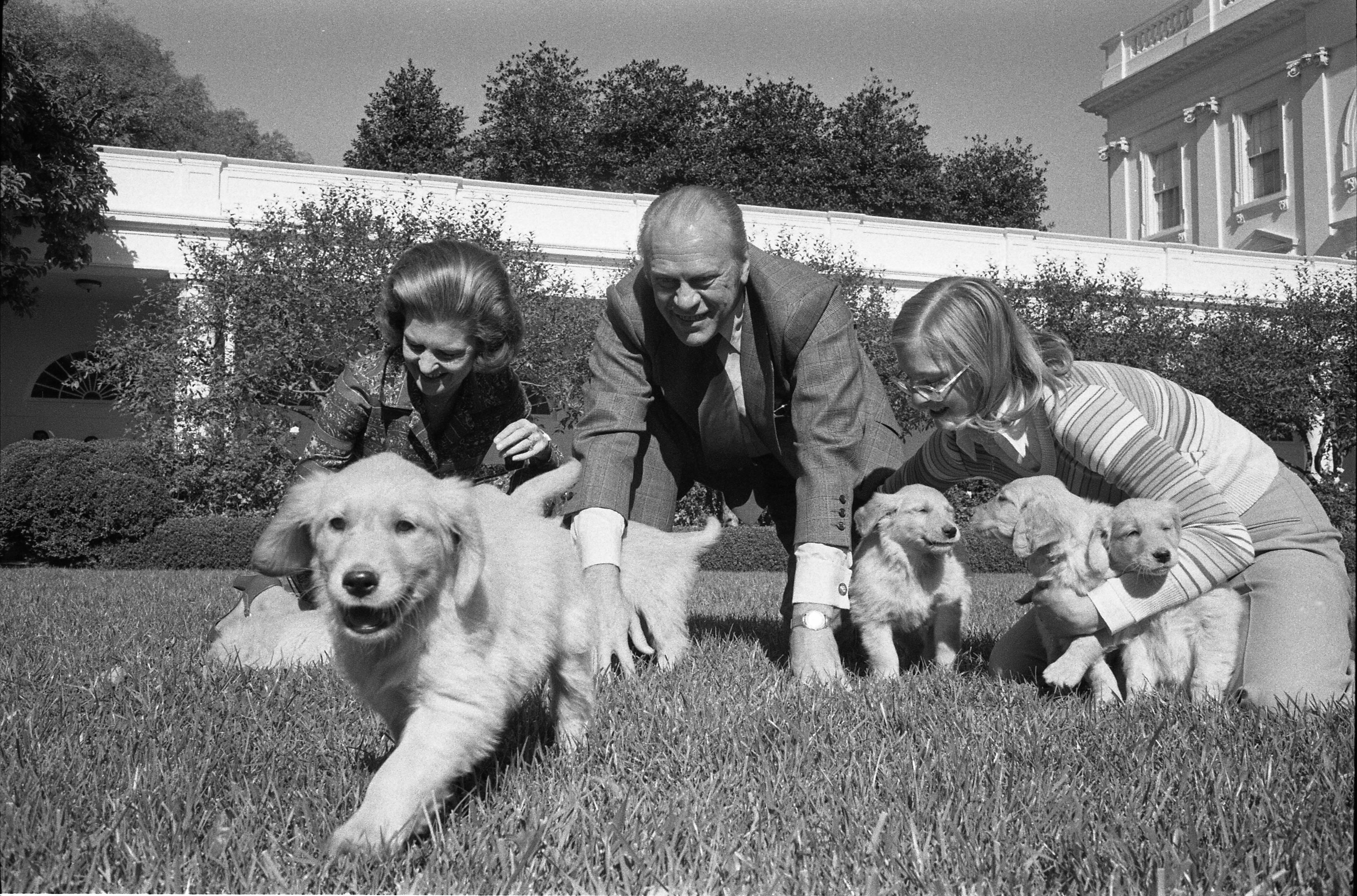 First Lady Betty Ford President Gerald R Ford And Susan Ford Playing With Their Dog Liberty S Puppies In The Rose Garden 11 5 1975 Betty Ford Puppies Pets
