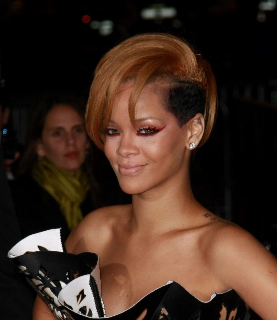 Rihannas short funky flipped hairstyle at the american music
