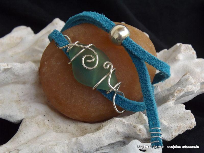 Ecojoia artesanal. Bracelete com fio de banho prata e vidro de praia verde água Bracelet green seaglass and silver filled wire. Handmade eco jewelry