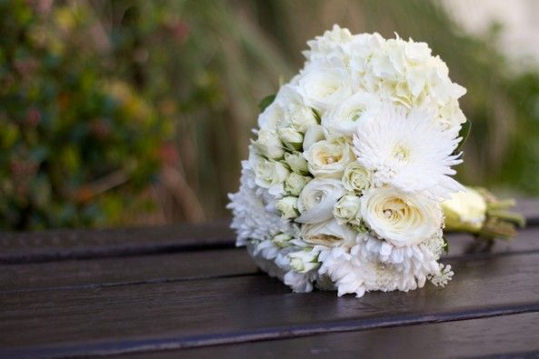 White bouquet - photo by Melissa Montgomery Photography