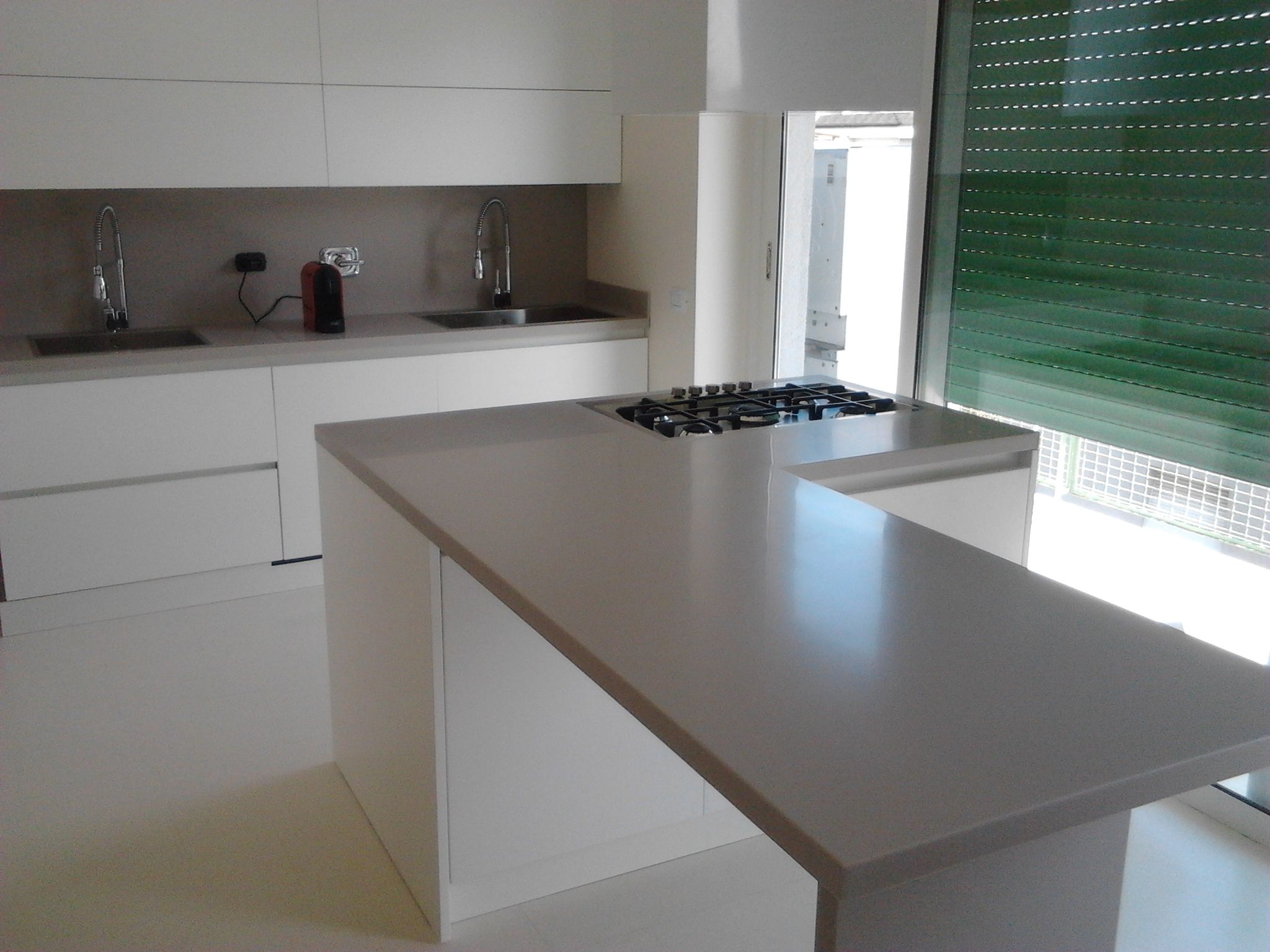 Kitchen in mdf doors white matt finishing and top in Corian solid ...