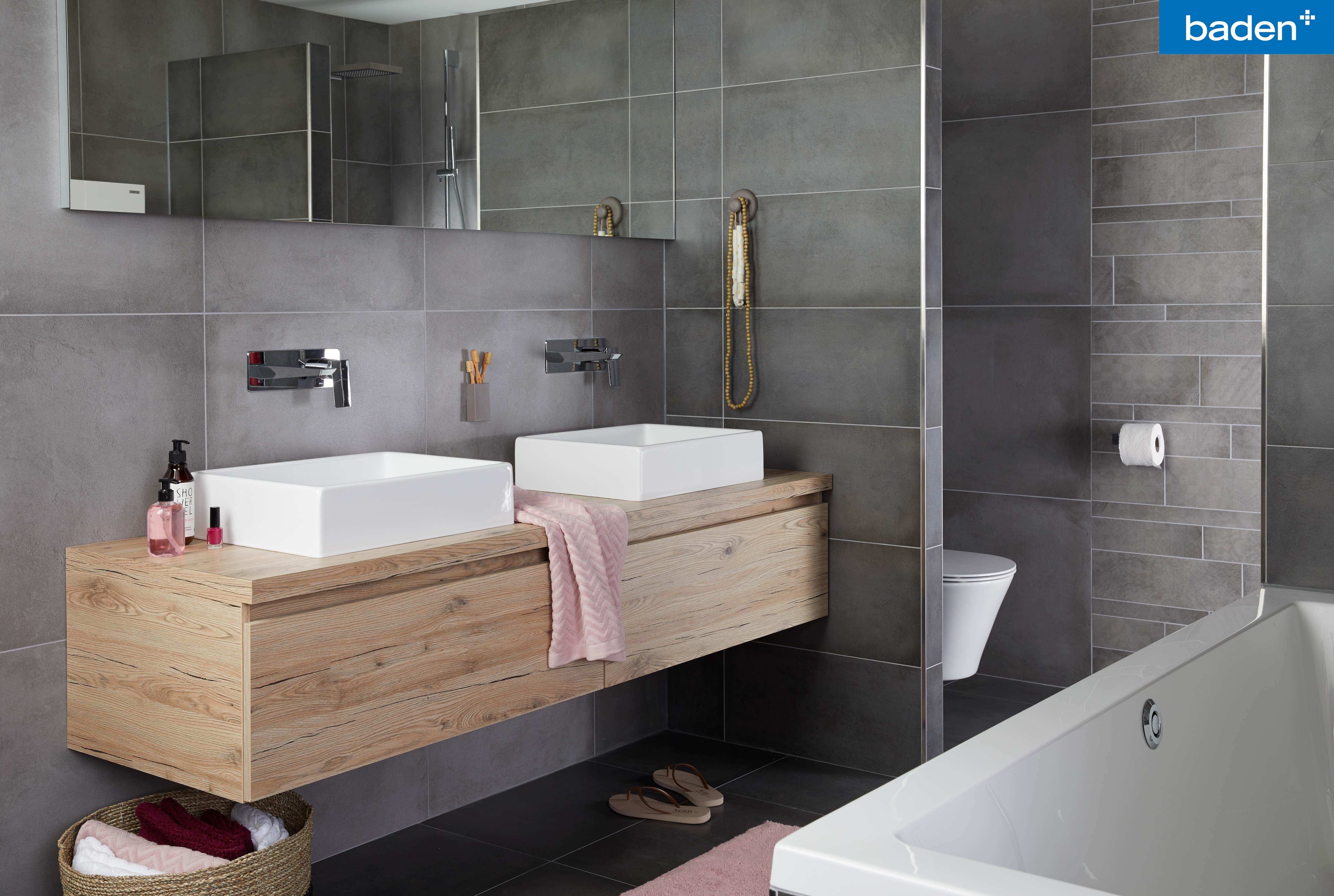 Dit brede badkamermeubel heeft extra voor opbergruimte. zo kun je