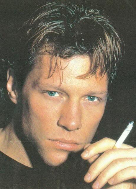 Jon Bon Jovi en fumant