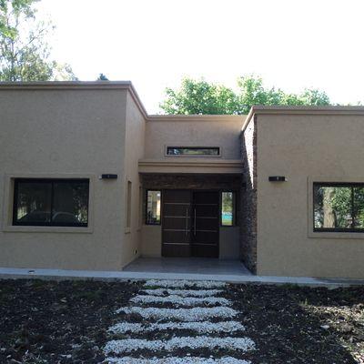 Fachadas casas puerta negra buscar con google ideas for Puertas para frente de casas
