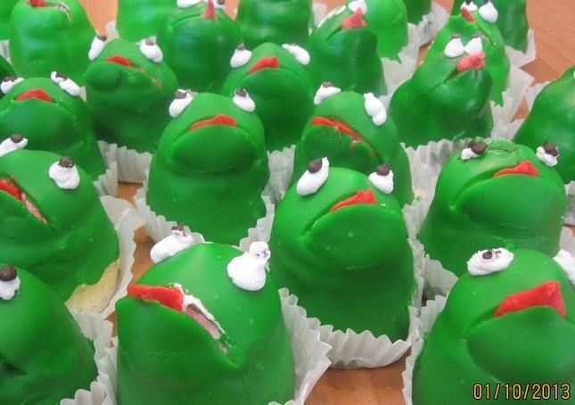 Enjoyable Frog Cupcakes From King Soopers Used To Look Like This Frog Funny Birthday Cards Online Barepcheapnameinfo