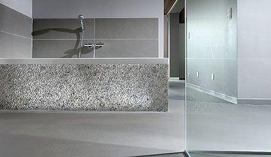 Betonlook gietvloer in badkamer met Stones Design bad afwerking ...
