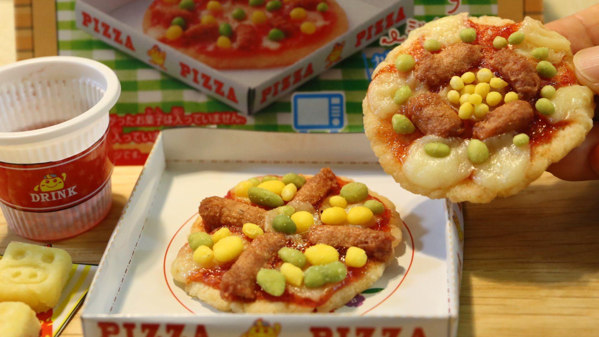 Le tout nouveau kit de Kracie pour faire 2 minis pizzas accompagnées de pommes de terres et d'une boisson au raisin. Tous les ingrédients et les accessoires sont fournis. Vous avez juste besoin d'un peu d'eau et d'un four à micro-ondes. La préparation est simple et détaillée en images au dos de la boîte. Une friandise sans colorants ni conservateurs artificiels.