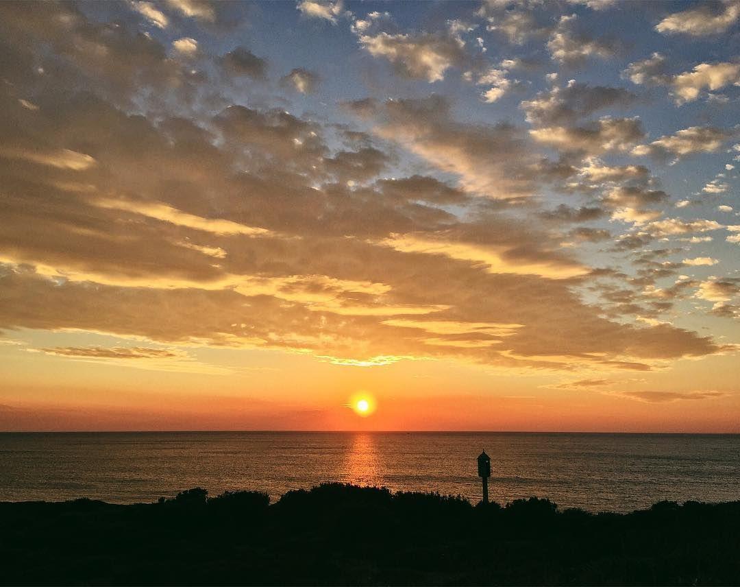 Guardare la bellezza con gli occhi del mondo questo è un dono magico  da piccola mi rimase impressa la storia del Piccolo Principe il fatto che potesse vedere innumerevoli tramonti durante il giorno e mi ricordo che lo invidiai per questo... ho sempre amato la natura in modo spropositato goderne è una delle nostre più grandi fortune per me!#Sunnyweather #Sunisshining#tramonto#tramontosulmare#tramonto#sunset