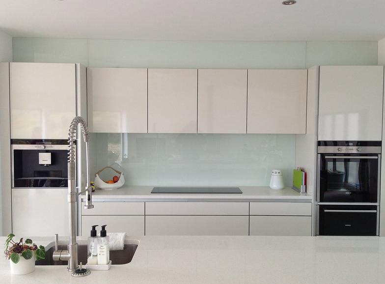 Den kreativen Ideen bei einer Glasrückwand in der Küche sind hier keine Grenzen gesetzt.