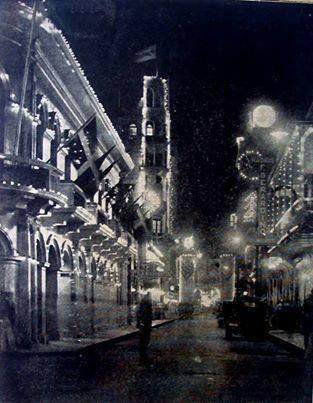 SANTO DOMINGO / 1935 CALLE EL CONDE Calle El Conde de Fiesta. Navidad del 1935 Santo Domingo , Republica Dominicana Fuente : Revista Bahoruco Número 278, 1935 Imagen cortesia de Virgilio Hoepelman Imagenes de Nuestra Historia.®