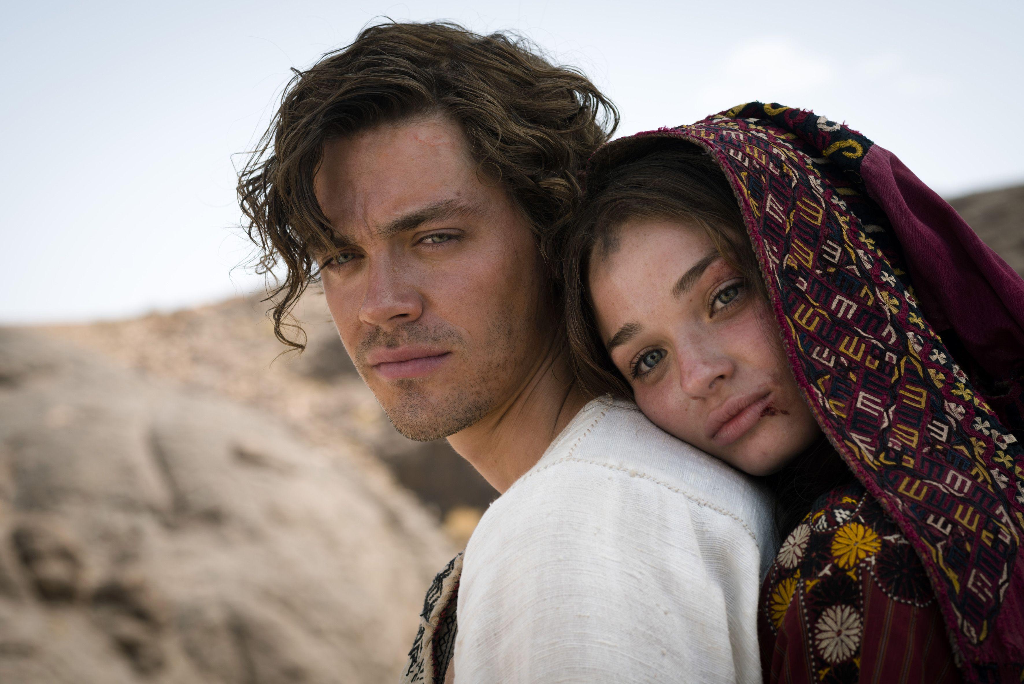 Rob (Tom Payne) und Rebecca (Emma Rigby) müssen fliehen