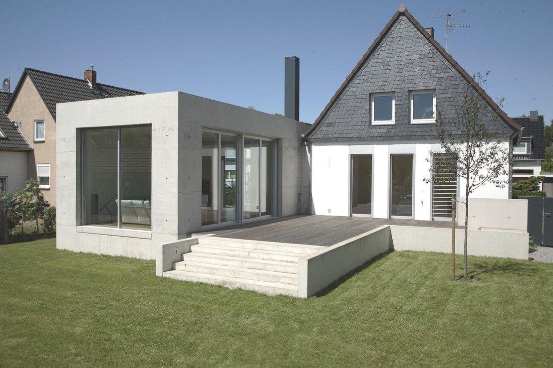 Ein Siedlungshaus Aus Den 30er Jahren Wurde Um Einen Eingeschossigen Anbau  Und Eine Garage Aus Sichtbeton