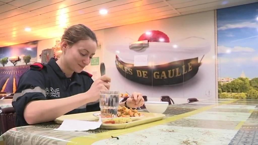 BFMTV a pu passer du temps parmi les équipes du porte-avions français Charles-de-Gaulle. Un village flottant de 2.000 habitants, parti en mer le 18 novembre pour mettre le cap vers la Syrie, quelques jours après les attentats qui ont frappé Pa...