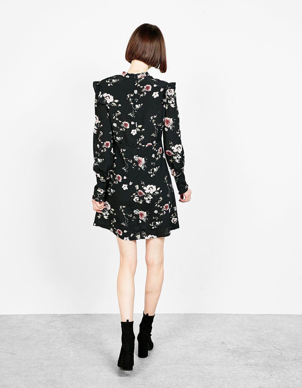 d4898bf3b4 Vestido corto estampado flores y volantes. Descubre ésta y muchas otras  prendas en Bershka con nuevos productos cada semana