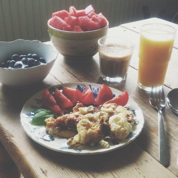 #vscocam#breakfast#egg#watermelon#berry#juice#skyr#coffee