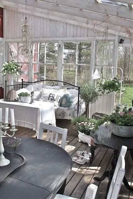 30 Idees Pour Amenager Un Porche Ou Une Veranda En Hiver Meuble Shabby Meubles Shabby Chic Deco Shabby Chic