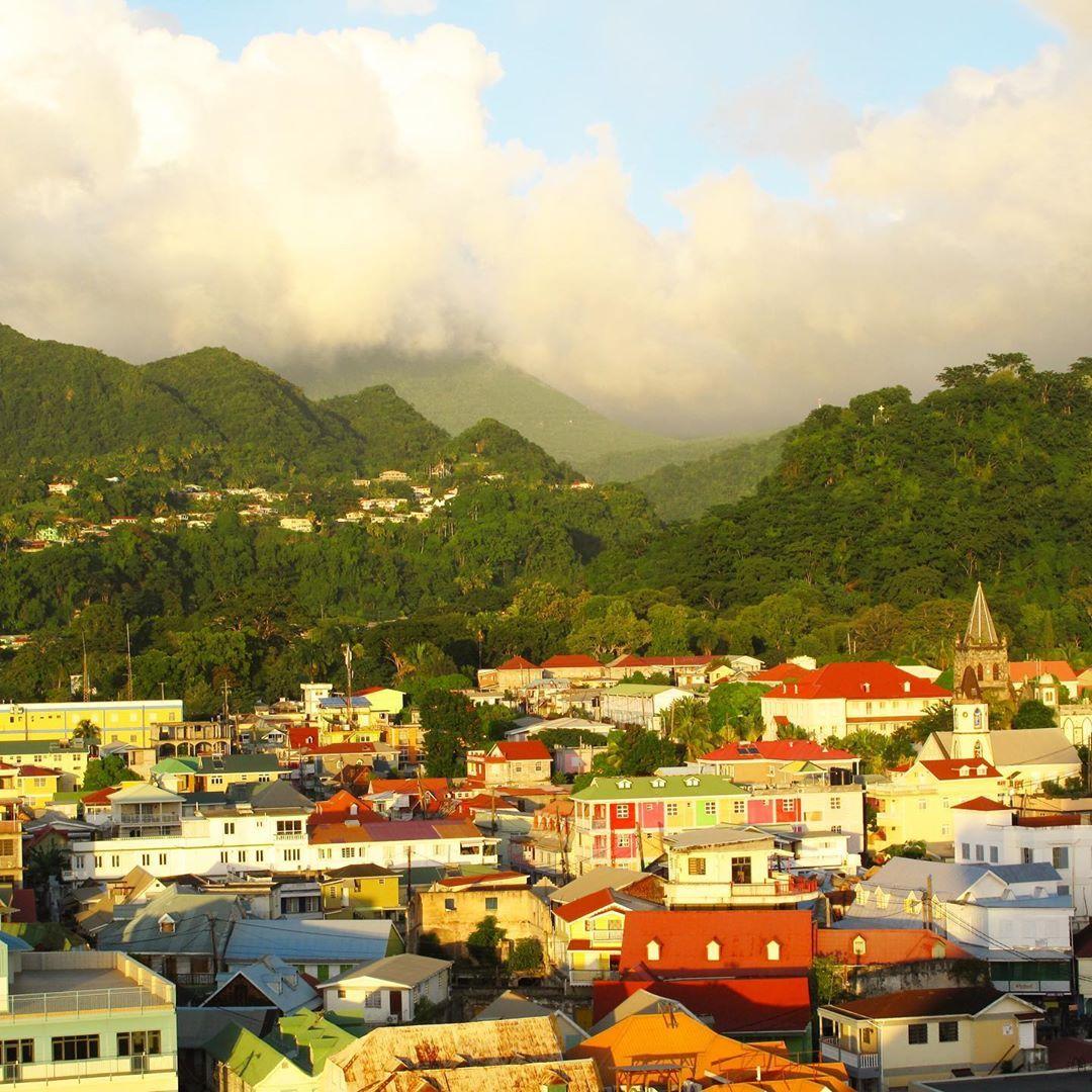 Dominica Eine Insel In Der Karibik Mit Tropischen Regenwaldern Schonen Stranden Und In Der Hauptstadt Roseau Mit B Tropischer Regenwald Aida Schiffe Karibik
