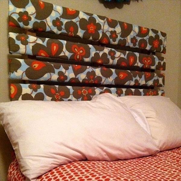 cabecero de cama hecho con palets forrado con tela