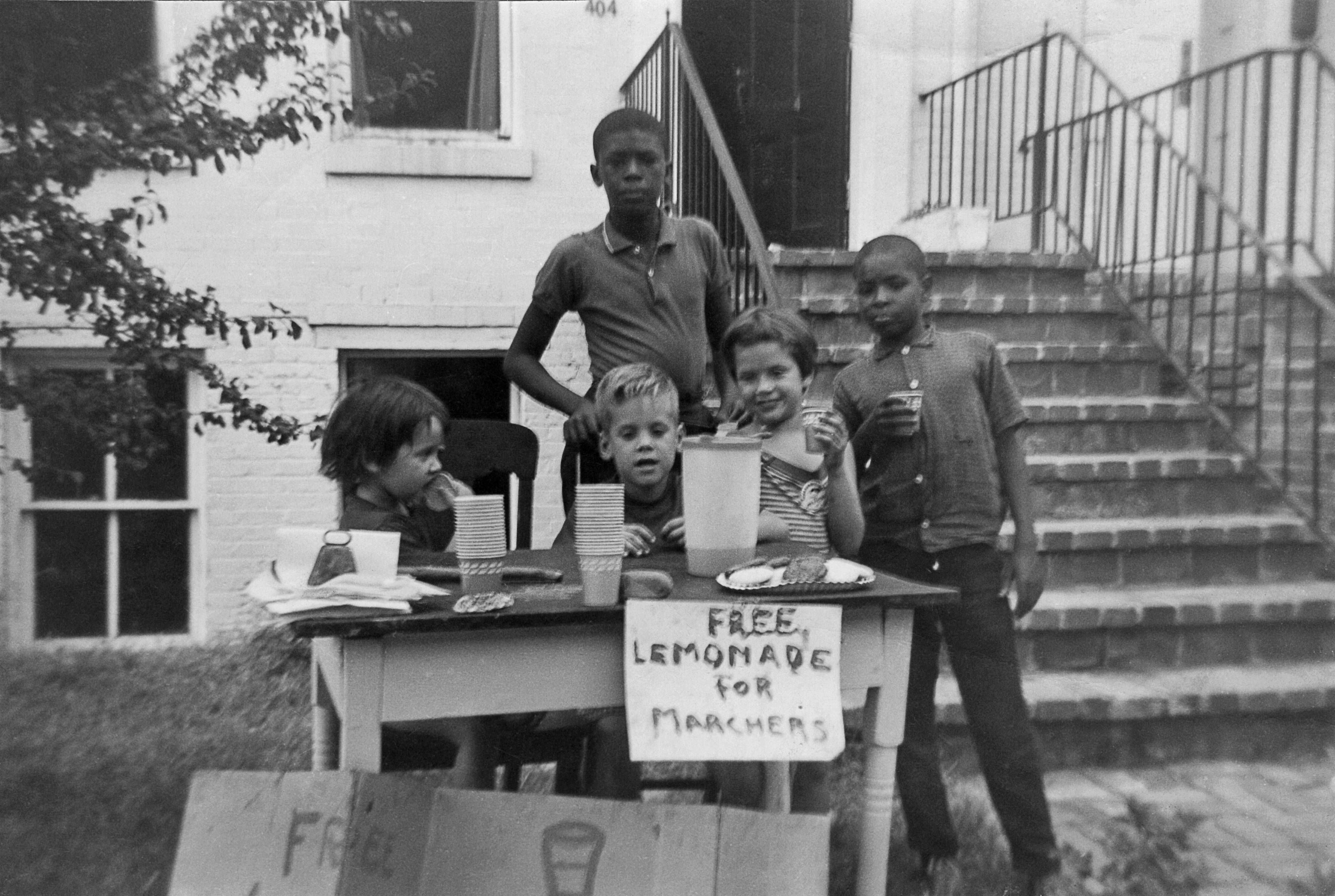 Kids hand out lemonade to civil rights protesters in the 1960s ...