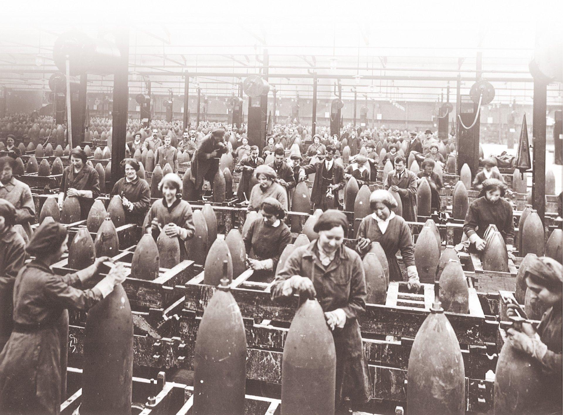 De femmes dans une usine pendant la premiere guerre mondiale