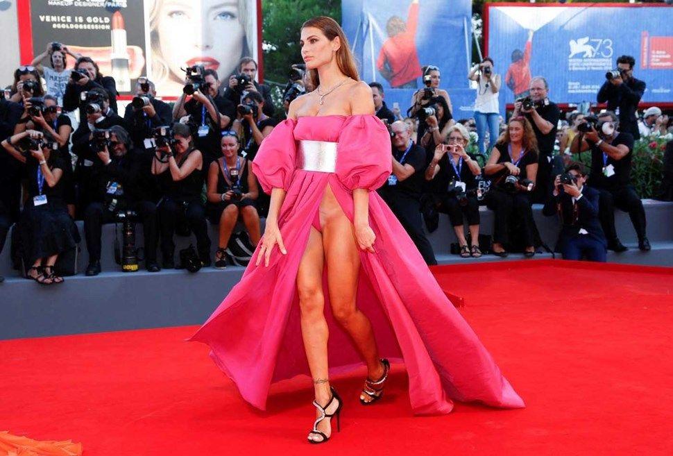 Ex-namorada de Balotelli 'parte tudo' em Veneza - Fotos - Jornal Record