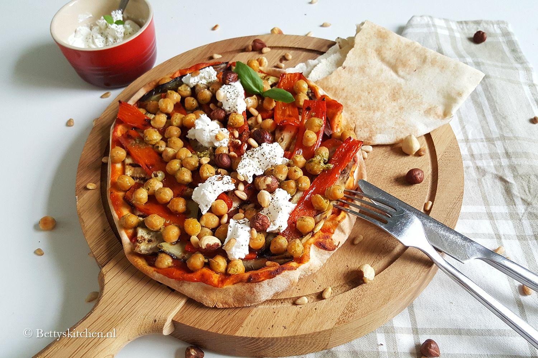 Maak dit weekend een vegetarische pizza! Zoals deze Libanese pizza met gegrilde groenten en geitenkaas. Heerlijk, gezond en voedzaam!