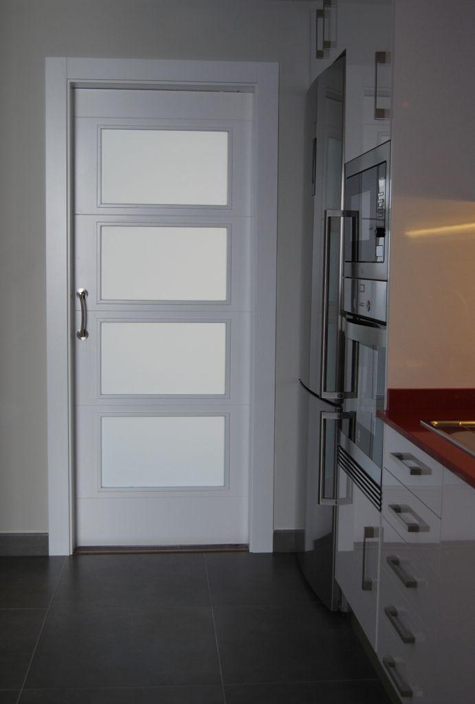 Puerta corredera lacada blanca con cristales al cido - Puertas cristal corredera ...