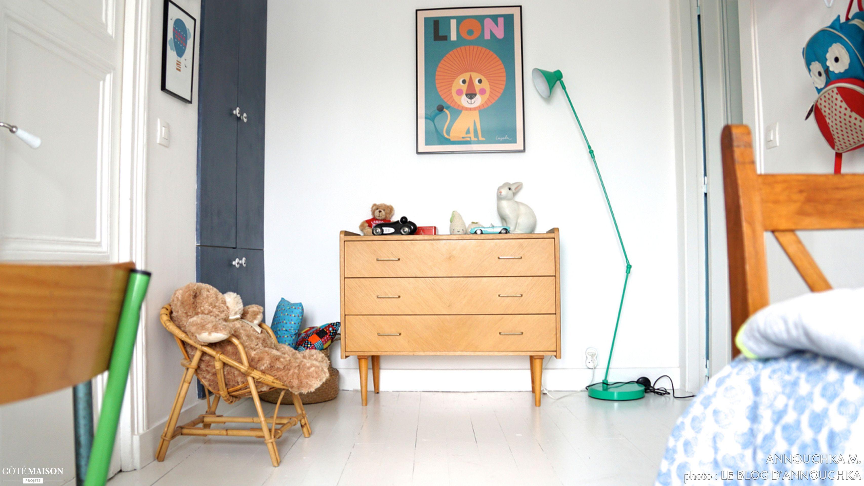 une jolie chambre retro coloree avec parquet peint en blanc