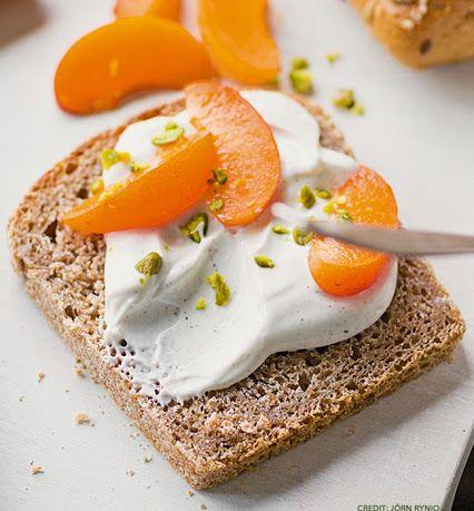 Küchengötter Fruchtjoghurt schmeckt nicht nur aus der Schüssel, sondern auch ganz wunderbar auf Vollkornbrot:  http://www.kuechengoetter.de/rezepte/Brotaufstrich/Aprikosen-Joghurt-Brot-7965760.html #rezept   #brotaufstrich   #snack