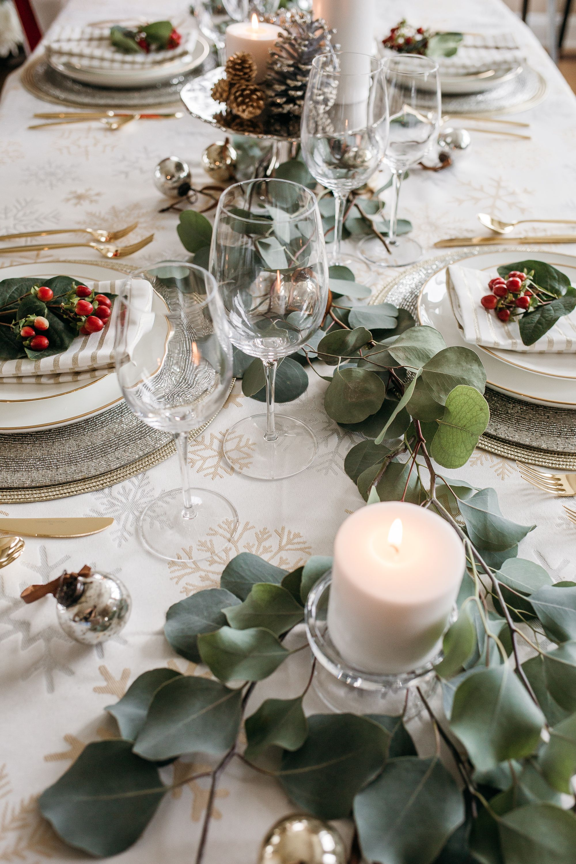 Christmas Table Inspiration Set The Mood For The Holiday Season With The Glitzy Christ Christmas Table Christmas Table Inspiration Christmas Table Decorations