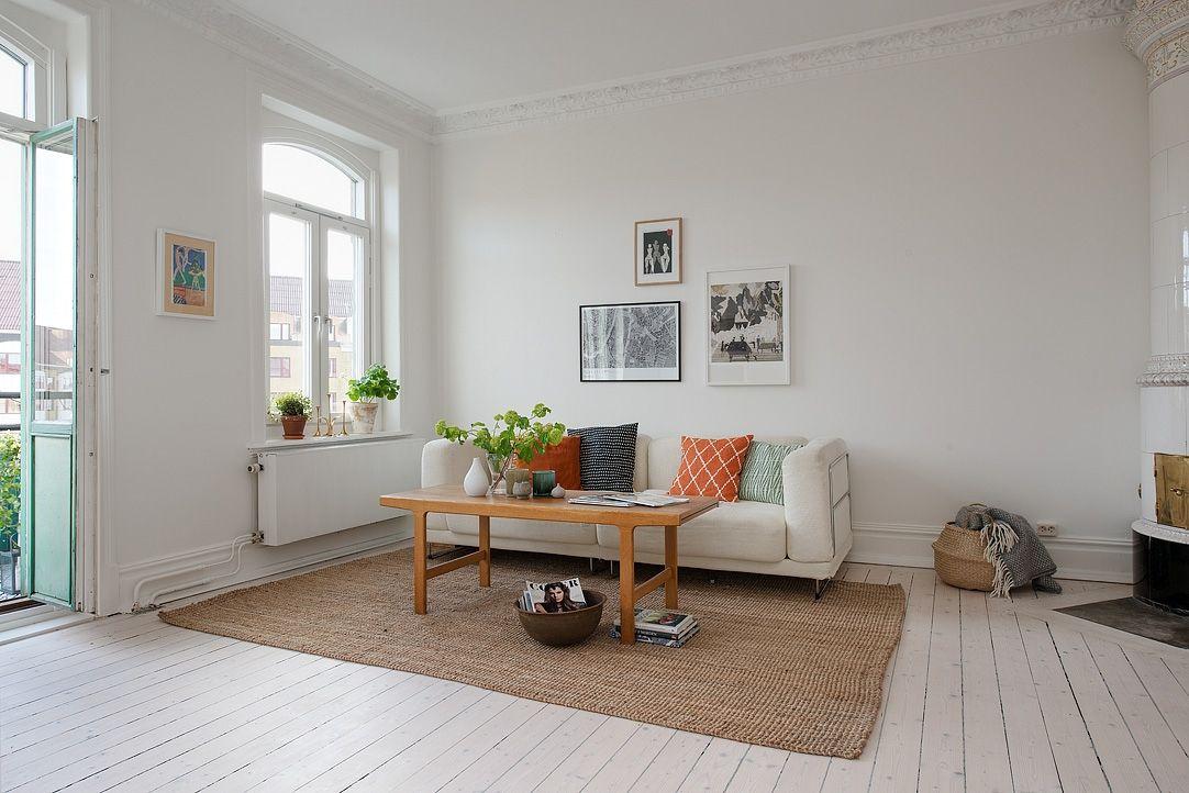 Nice, light livingroom from alvhemmakleri.se. Här ryms en rejäl soffgrupp och många gäster