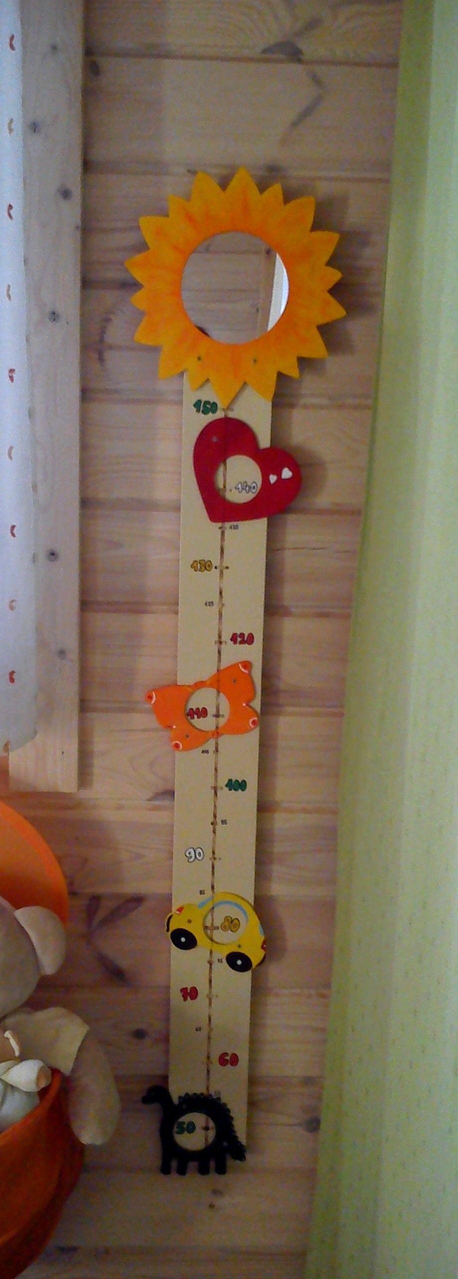 Toise fabriquée avec une planche de bois + objets en boisà décorer + miroirà décorer  # Toise En Bois À Fabriquer