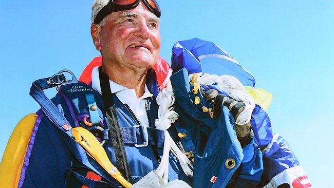 Jim Brierley . 88 años, 3.000 saltos en paracaídas