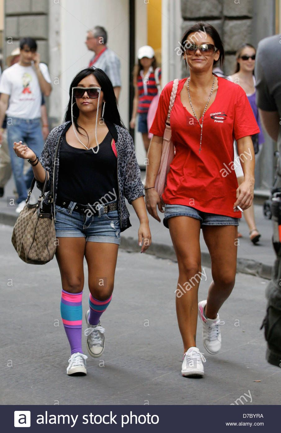 8775d3b84bf2e Download this stock image: Nicole Snooki Polizzi and Jenni JWoww Farley 'Jersey  Shore' cast members work at a pizza restaurant Florence, Italy - 26.05.11  ...