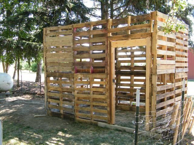 Pallet chicken coop ideas coops pallets and pallet coop for Chicken enclosure ideas